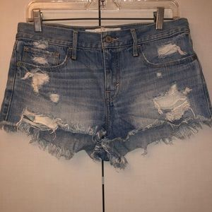 The perfect Abercrombie jean short! Size 6 W28